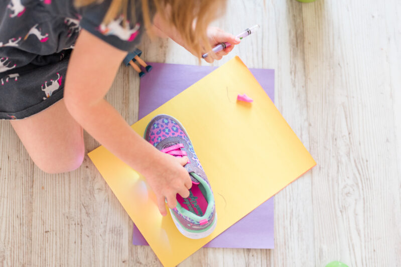 Teach the concept of big and small with this super easy and fun activity! Get toddlers to compare sizes and work on fine motor tracing too!