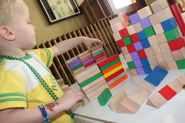 Easy sorting activity for toddlers using blocks
