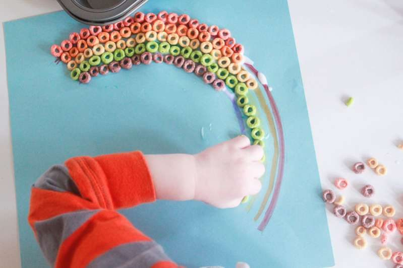 Color matching practice for preschoolers - Rainbow Craft with Fruit Loops or Rainbow Cheerios