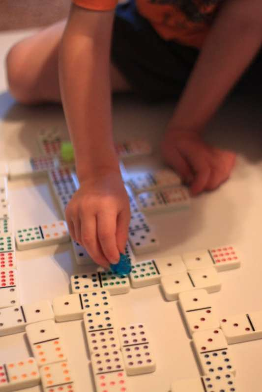 How to play single player Dominoes