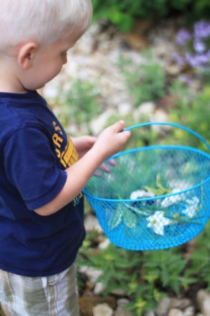 Get outside and hunt for pieces of nature with your kids!