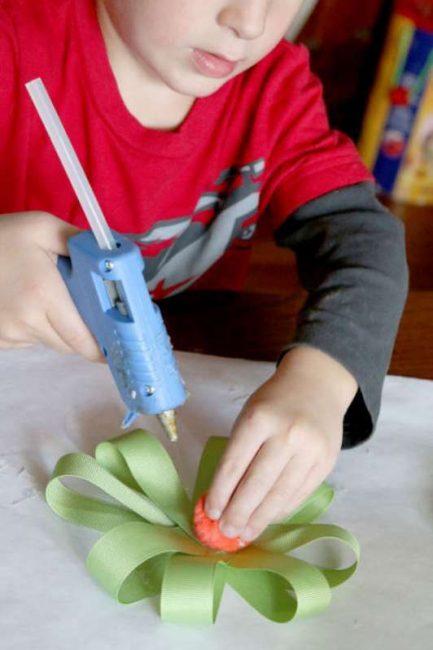 Making ribbon flowers