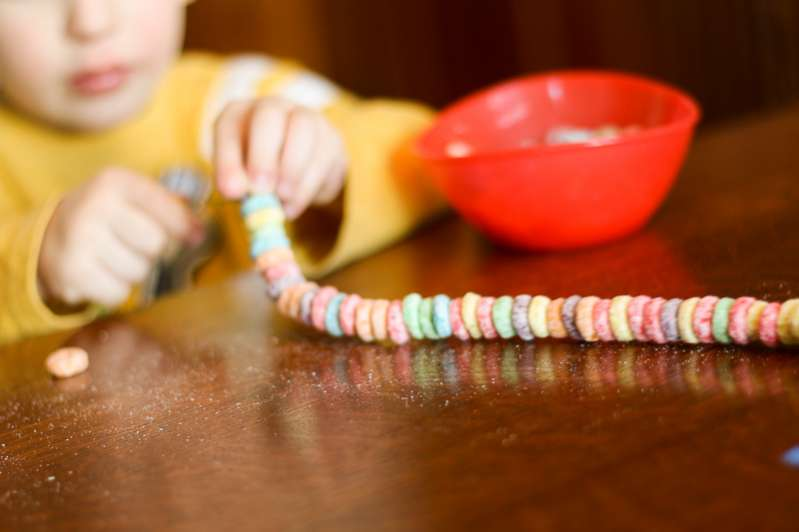 Making a Fruit Loop necklace is such a simple way to entertain the kids!