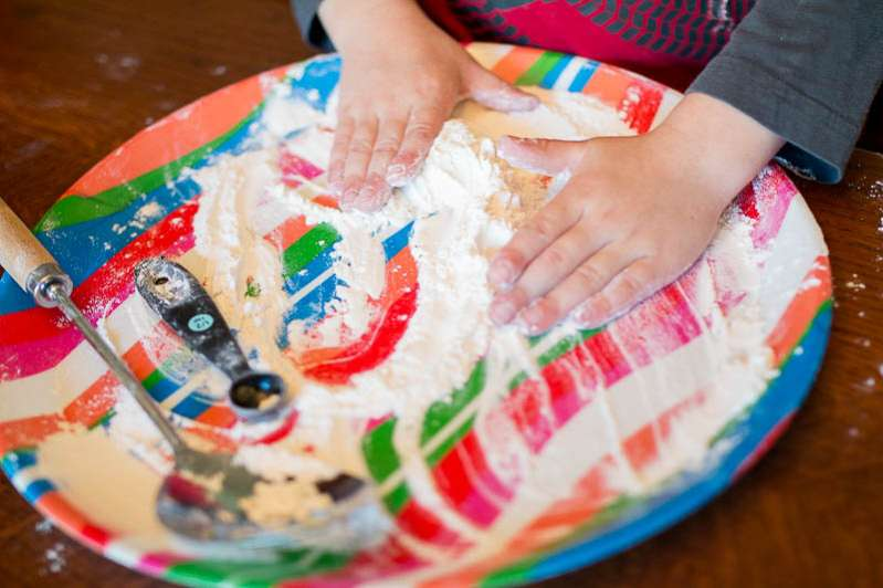 Set up an easy flour sensory play activity for toddlers and preschoolers!