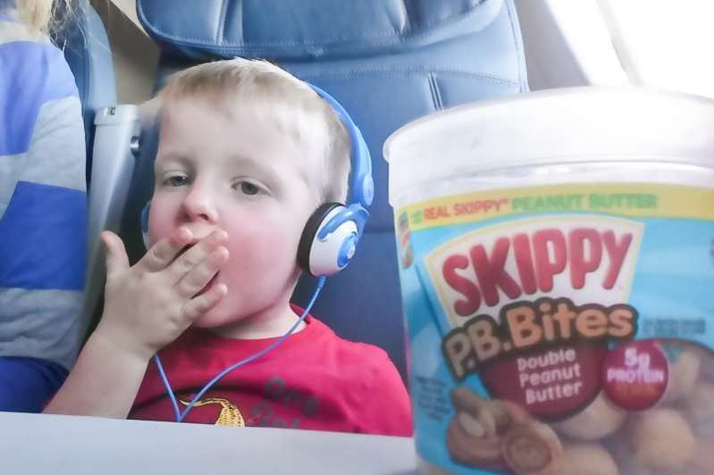 Fun and simple things for kids to do on an airplane to keep them busy