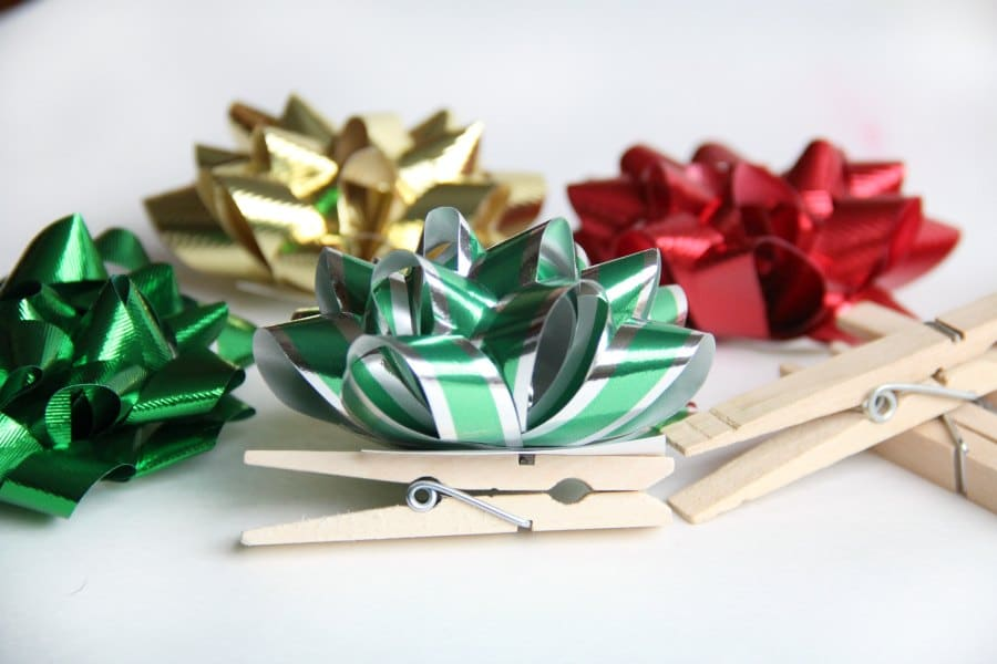 Easy Christmas ornament craft with clothes pins.