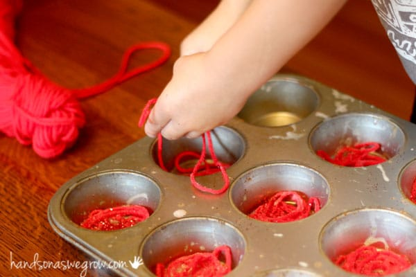 Make a fun sparkly yarn apple craft for Fall with your kids!