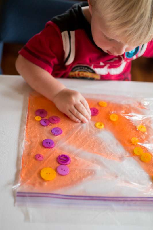 A color sorting sensory bag for learning colors (and a fine motor activity too!)s