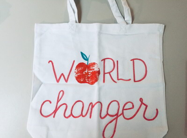 Make this easy apple stamp tote bag. It's the perfect teacher's gift for back to school!