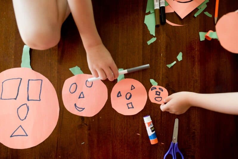 Super fast pumpkin family tracing craft that's perfect for fall!