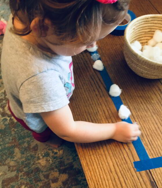 Try this cotton ball lineup for a simple, fun fine motor activity for toddlers!