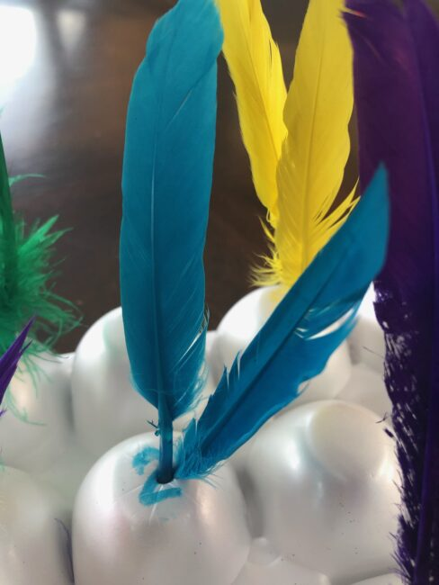 Counting activity with feathers and egg cartons for toddlers and preschoolers.