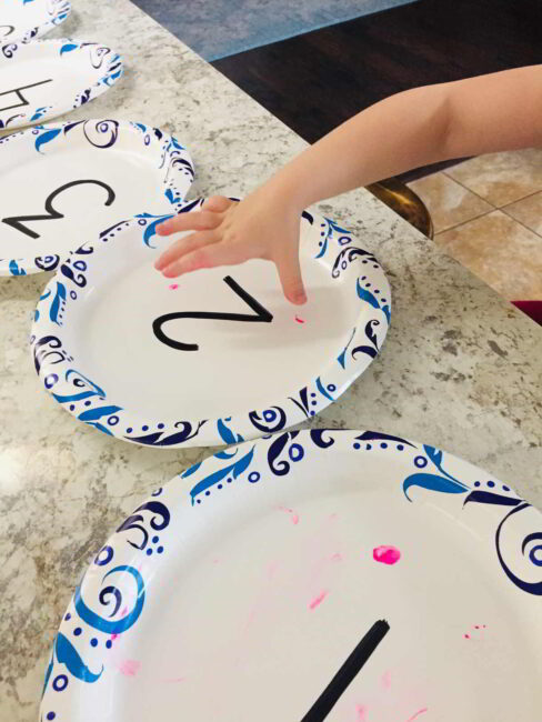 Combine number recognition and finger paint in this fun hands-on preschool counting activity! Stamp, count, and learn numbers together!