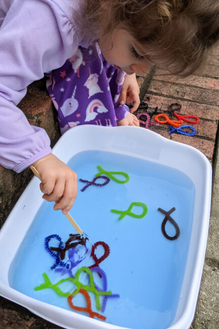Try this super simple fishing game that is a quick prep fine motor activity for toddlers and preschoolers from Laura in her Member Spotlight.