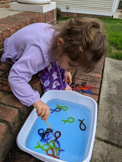Your toddlers and preschoolers will love this fishing game fine motor activity that is easy to make at home with pipe cleaners, scissors, water and a stick.