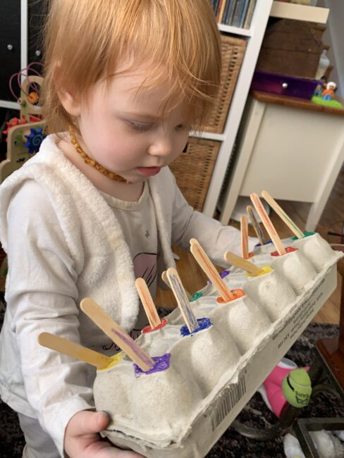 How to DIY your own simple egg carton matching activities tailored perfectly to your toddlers and preschoolers interest and ability at home.