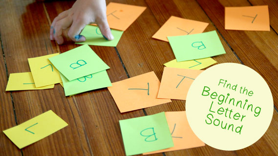 Quick and simple literacy skills activity for teaching the beginning letter sounds to preschoolers. Especially great for phonics beginners.